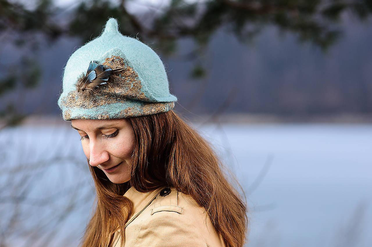 Čiapky - Dámsky vlnený klobúčik zelenomodrej farby s hodvábnym detailom - 9895390_