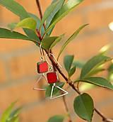 Náušnice - Trojuholníky so skleneným štvorcom (Červená korálovo) - 9898904_