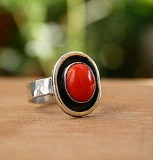 Prstene - Strieborný prsteň s červeným korálom - 9897621_