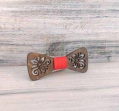 "Detské doplnky - Detský drevený motýlik ""Šťastie"" tmavý (červená stužka) - 9900016_"