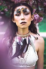 Náhrdelníky - Bohémsky náhrdelník z peria a eko kože - 9900467_