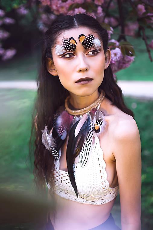 Bohémsky náhrdelník z peria a eko kože