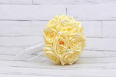 Kytice pre nevestu - Saténová kytica svadobná maslová ruže s perlami - 9902914_
