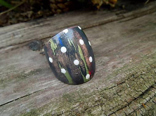 Drevený prsteň s bielymi bodkami