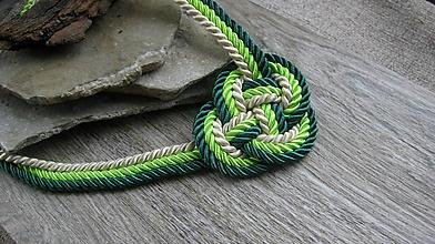 Náhrdelníky - Uzlový náhrdelník hrubý z troch šnúr 5mm (zelený so smotanovou č. 2370) - 9909640_