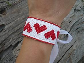 Náramky - VÝPREDAJ! FOLKlórny náramok vyšívaný srdiečkový červeno-biely - 9917821_