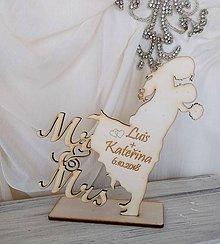 Darčeky pre svadobčanov - Drevený svadobný výrez Mr&Mrs - 9914255_