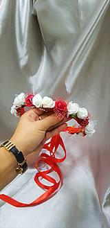 Červeno-biely kvetinový venček so saténovými stuhami na zaväzovanie