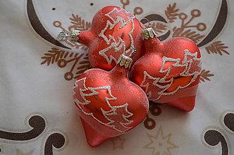 Dekorácie - Červené srdiečka so stromčekmi - 9928600_