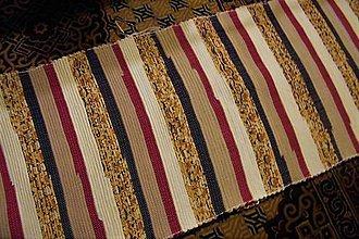 Úžitkový textil - Tkaný koberec maslovo-čierno-červeno-hnedý - 9929258_
