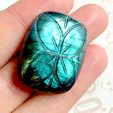 Minerály - Modro tyrkysový labradorit ručne vyrezávaný kabošon oblý obdĺžnik / 28x19x6 mm - 9941362_