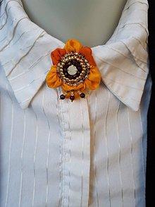 Odznaky/Brošne - Slnečný kvet- hodvábna vyšívaná brošňa - 9949857_