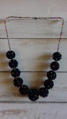 Náhrdelníky - Plstený náhrdelník Smiech cez slzy - 9950770_
