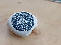 Dekorácie - Modrobiely kvietok - Na kameni maľované - 9951586_