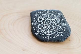 Dekorácie - Biela čipka na čiernej bridlici - Na kameni maľované - 9951572_