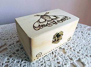 Krabičky - Box z prírodného dreva - Nočný motýľ - 9950108_