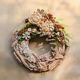 Dekorácie - Drevený veniec s chryzantémou - 9954715_