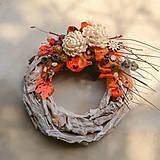 Dekorácie - Drevený veniec s chryzantémou - 9955222_