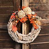 Dekorácie - Drevený veniec s chryzantémou - 9955306_