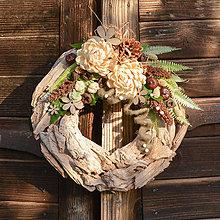 Dekorácie - Drevený veniec s chryzantémou - 9954716_