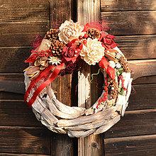 Dekorácie - Drevený veniec s chryzantémou - 9955382_