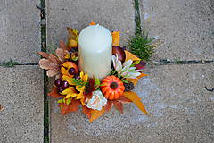 - Dekorácia v jesenných farbách so sviečkou a slnečnicou - 9954379_
