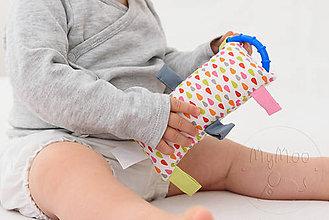 Hračky - Montessori úchopový vankúšik s rolničkou - kvapky - 9957828_