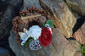 Dekorácie - Smútočný šiškový veniec bordovo ivory s mápisom Spomíname - 9955653_
