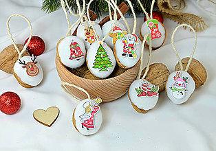 Dekorácie - Vianočné orechy biele s vianočnými gombičkami - 9960546_