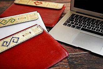 Na notebook - PUZDRO FOLK EDITION ČERVENÉ (na MacBook Pro 15 (drievko s modrou niťou)) - 9969343_
