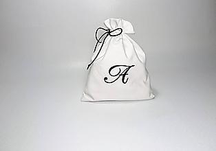 Úžitkový textil - Bavlnené vrecúško vyšívané monogram (Biele s čiernou výšivkou) - 9980428_