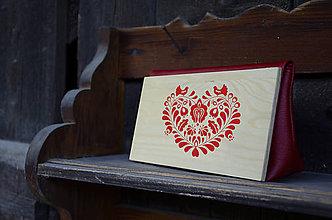 Kabelky - DREVENÁ KABELKA SRDCE PARTA (25x15x7cm - Červená/smrek) - 9987780_