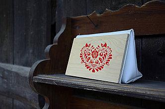 Kabelky - DREVENÁ KABELKA SRDCE PARTA (20x10x5cm - Červená/smrek) - 9987785_