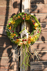 Dekorácie - Jesenný machový venček s domčekom - 9988714_