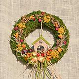 Dekorácie - Jesenný machový venček s domčekom - 9988716_