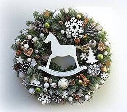 Dekorácie - Biely vianočný veniec  s koníkom - 9989929_