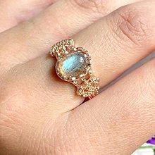 Prstene - Elegant Rose Gold Blue Labradorite Ring / Jemný prsteň s modrým labradoritom v prevedení ružové zlato /1033 - 9989888_