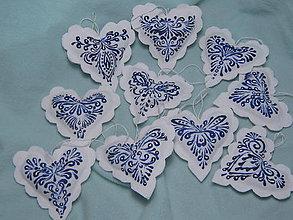 Dekorácie - Modrobiele srdiečka na vianočný stromček - 9993332_