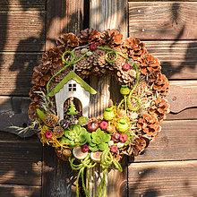 Dekorácie - Jesenný šiškový venček s domčekom - 9992987_