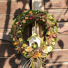 Dekorácie - Jesenný machový venček s domčekom - 9993350_