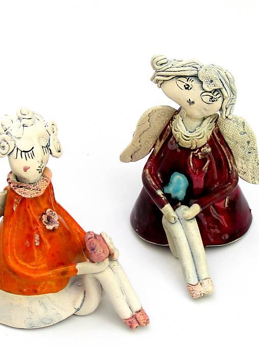 anjel sediaci  (červená)