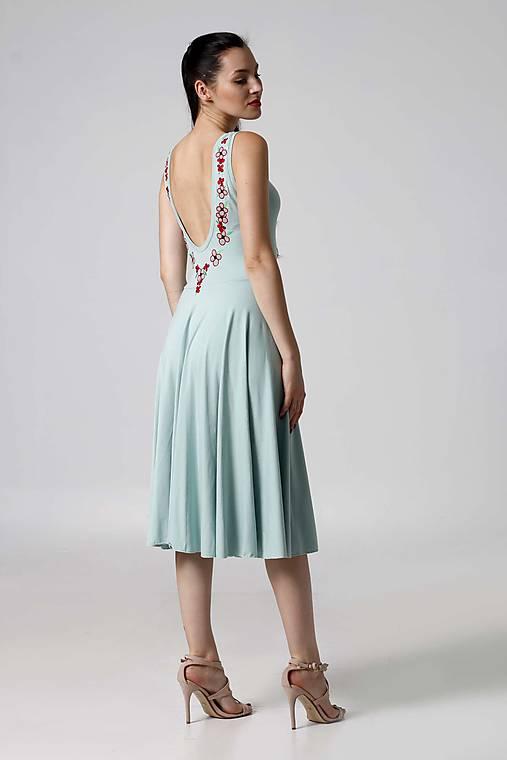 Šaty - Šaty bledo zelené s výšivkou kvetov na chrbte - 9995679_