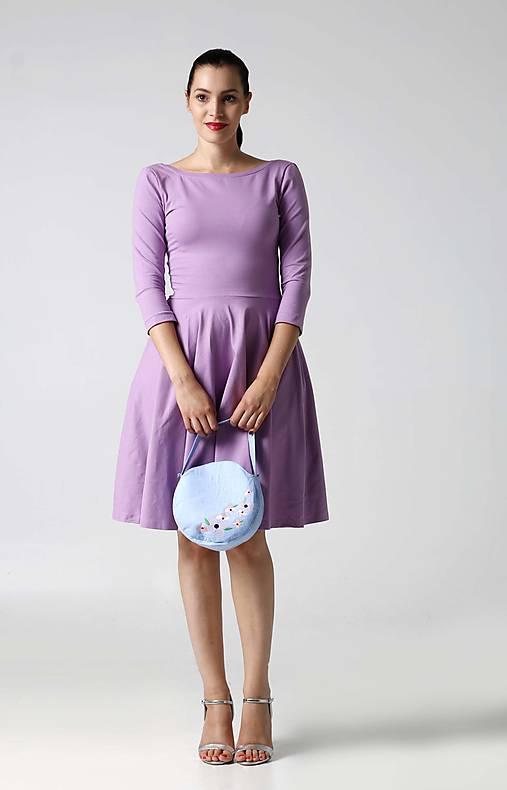 Šaty - Šaty s kruhovou sukňou a výstrihom na chrbte lila - 9996242_