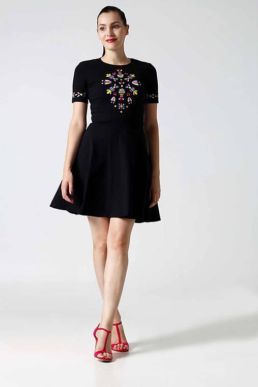 Šaty - Šaty čierne s pestrofarebnou výšivkou - 9996492_