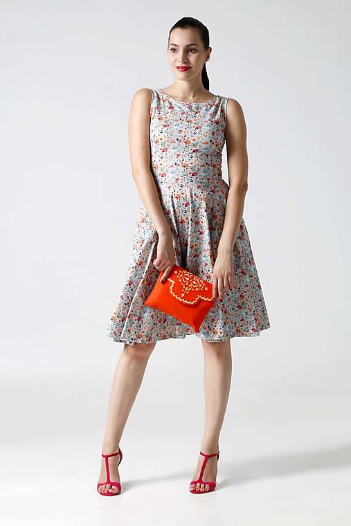 Šaty - Šaty midi so vzorom bez rukávov - 9996521_