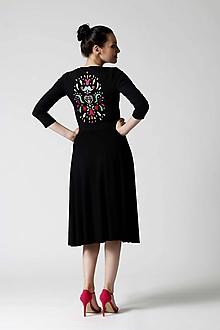 Šaty - Šaty Midi čierne s výšivkou na chrbte - 9996005_