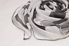 Čierno-biela hodvábna šatka.