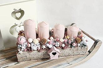 Dekorácie - Adventný svietnik s ružovou búdkou na zasneženom základe - 9994153_