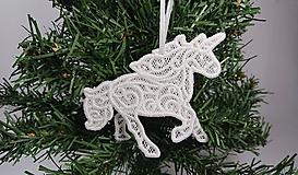 Dekorácie - Vianočná ozdoba čipkovaný jednorožec (Biela) - 10000292_