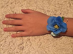 Náramky - Kvetinový náramok pre družičky (dĺžka stuhy 30 cm, veľkosť dekorácie 6x6 cm - Modrá) - 9999823_